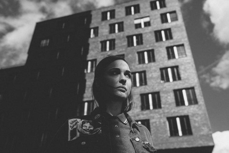 Anna und Gebäude - Fotograf Hamburg