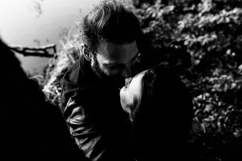 ein küssendes Paar von oben fotografiert