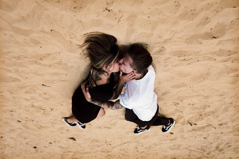 verliebtes Paar liegt in Bielefeld im Sand