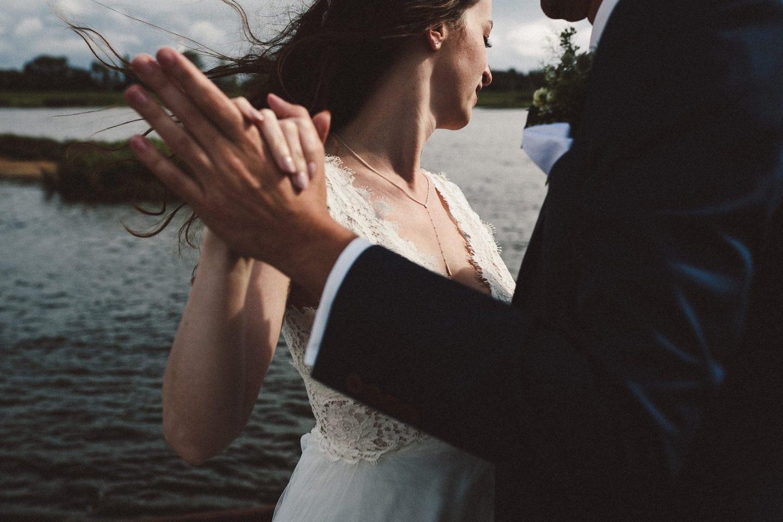 Nach dem Regen am Zollenspieker Fährhaus - Hochzeitsfotograf Hamburg - Hochzeitsfotografie - Hochzeiten