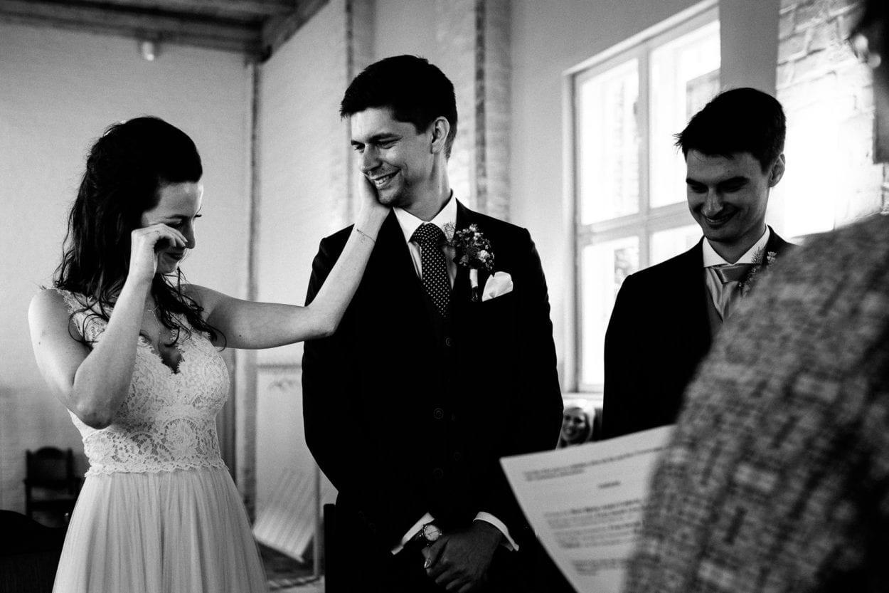 Die weinende Braut streichelt liebevoll ihren Bräutigam