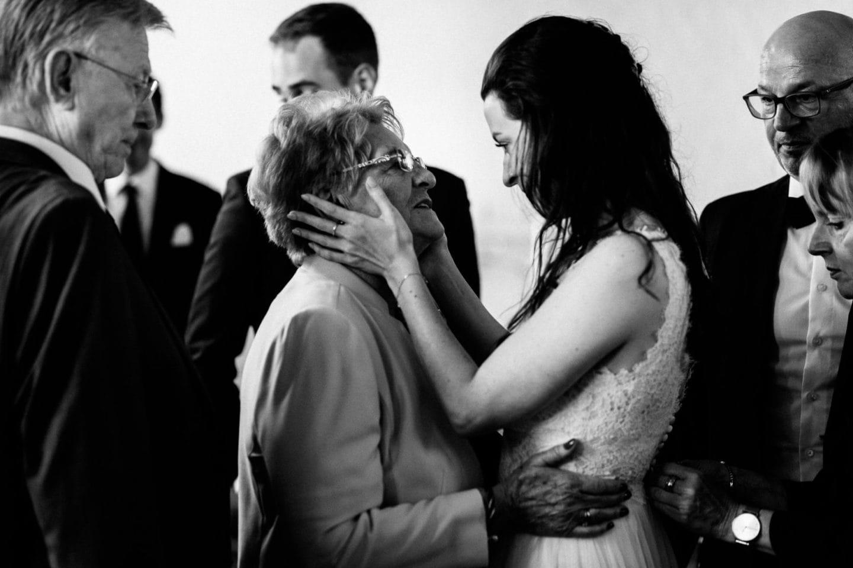 emotionaler Moment zwischen der Braut und der Oma im Heinrich Heine Haus Lüneburg