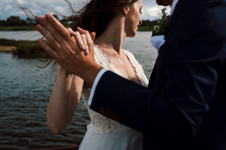 Stürmische Hochzeit im Zollenspieker Fährhaus - Hochzeitsfotograf Hamburg - Hochzeitsfotograf Christopher Große-Cossmann