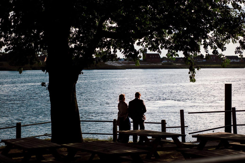 Hochzeitspaar an der Elbe am Zollenspieker Fährhaus