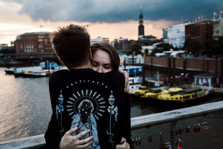 starke Umarmung in Hamburg und im Hintergrund der Michel