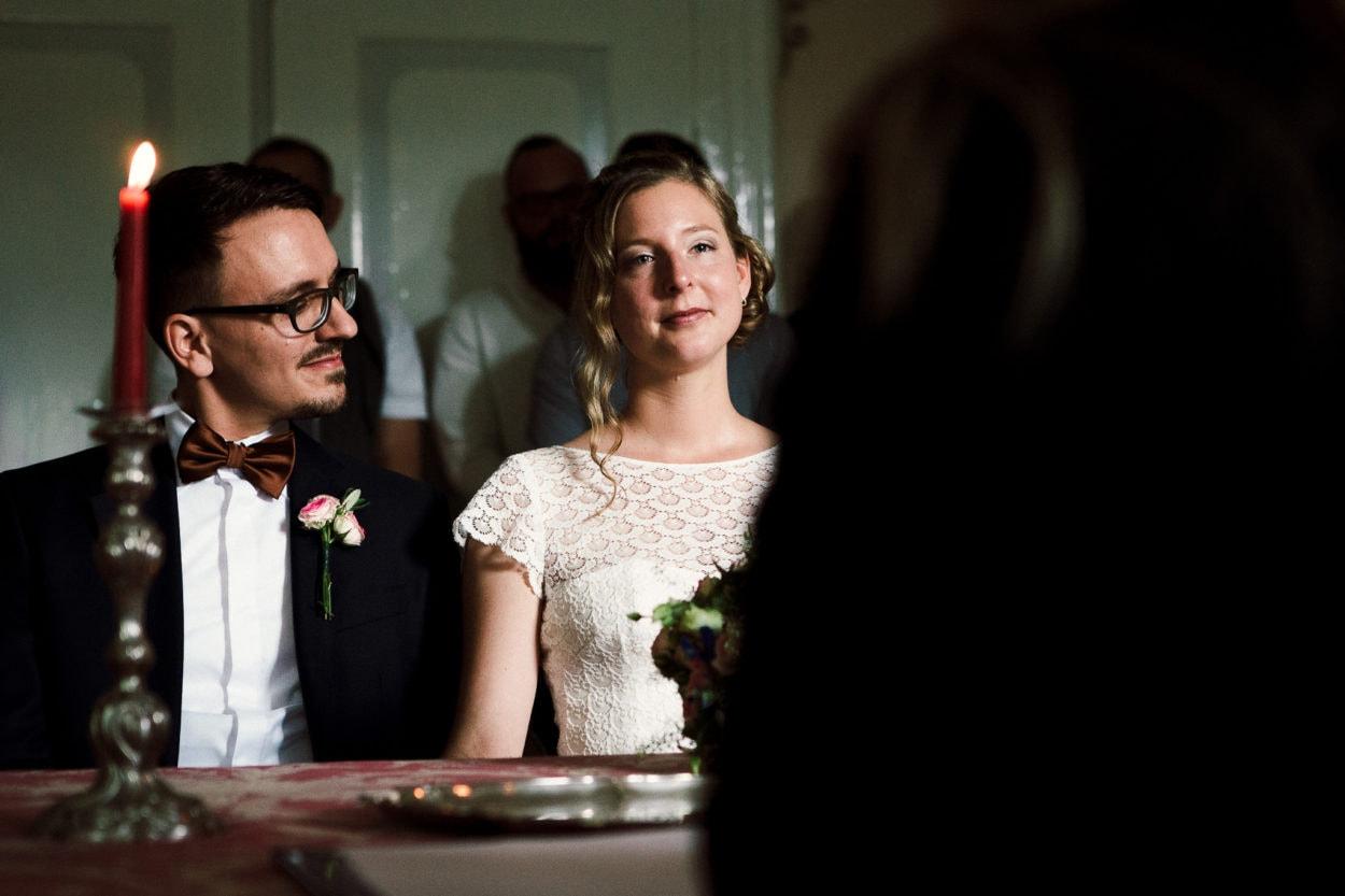 der Bräutigam schaut seine Braut während der Trauung auf Gut Eckendorf an