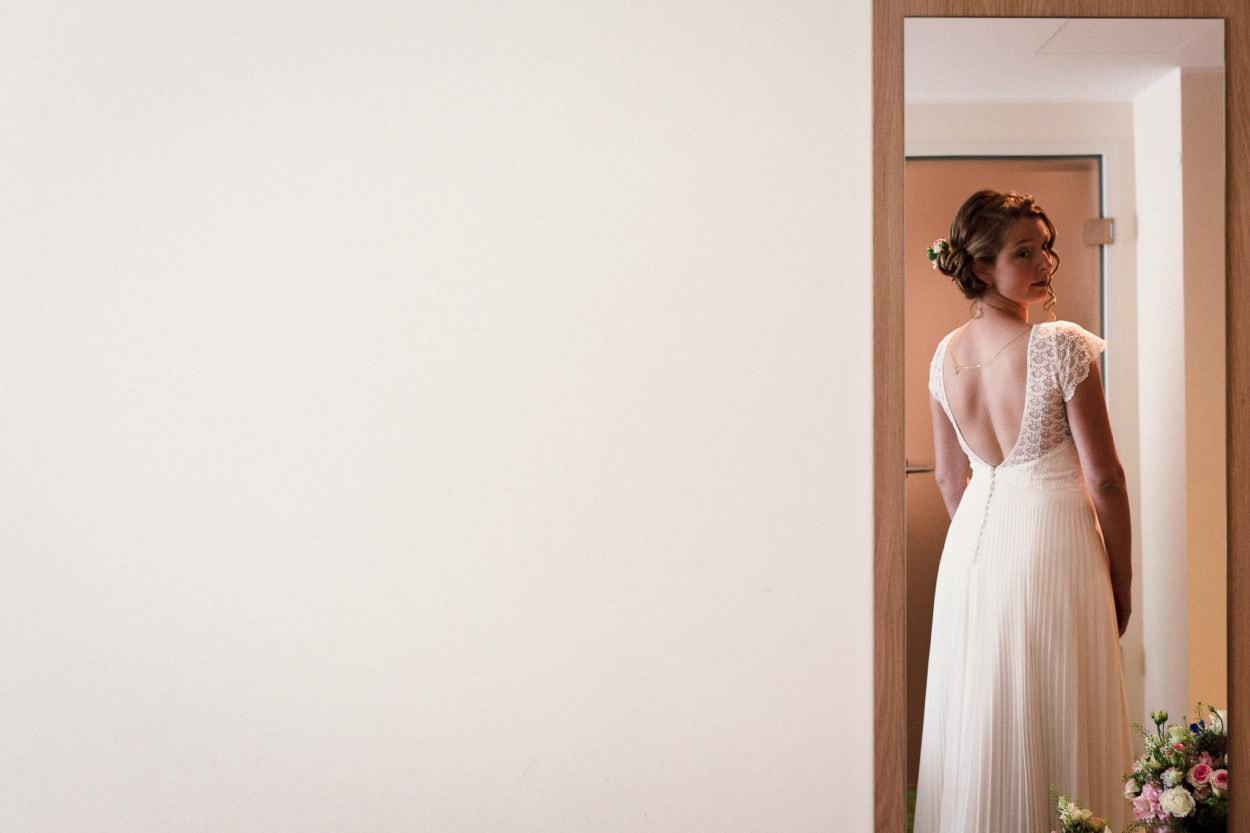 Die Braut betrachtet sich im Spiegel in Bielefeld