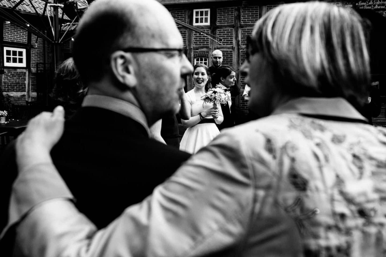 Blick durch die Eltern zur Braut