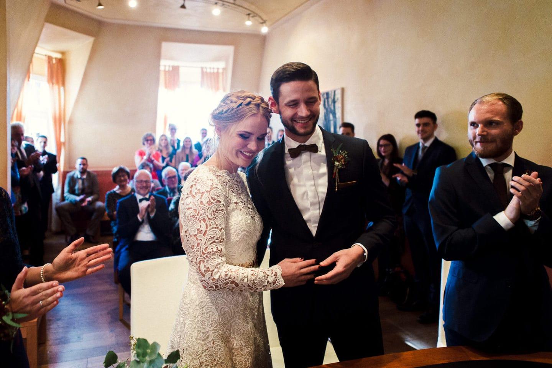 Zufriedenes Hochzeitspaar im Standesamt Rietberg