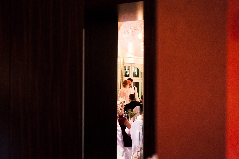 Kuss des Hochzeitspaares im Hotel Sonne