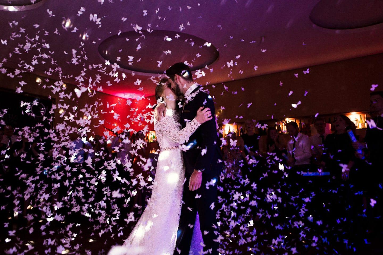 Papierschmetterlinge beim Hochzeitstanz im Hotel Sonne