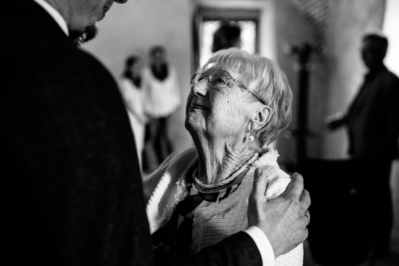 Die Oma blickt ihren Enkel voller Freude an