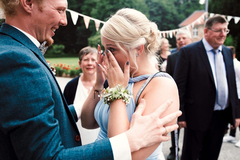 Tränen der Freude während der lockeren Hochzeit auf Schloss Sythen